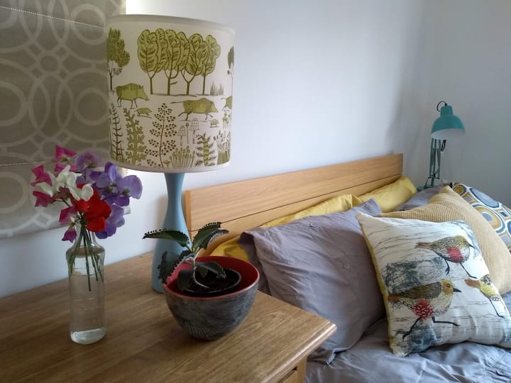 Bright, quiet & stylish room close to city centre.