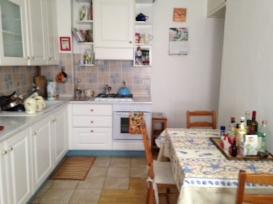 La cucina è tranquilla, luminosa e conviviale.