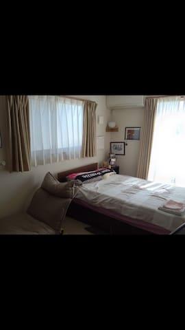 住宅街の中にある1軒家! 8畳の部屋で広々とセミダブルのベッド!
