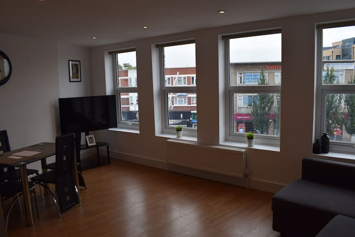 Apartment, Gant's Hill (close to trains to London)