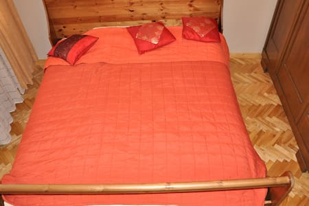 Queen size bed in double room  - Bialobrzegi - Casa