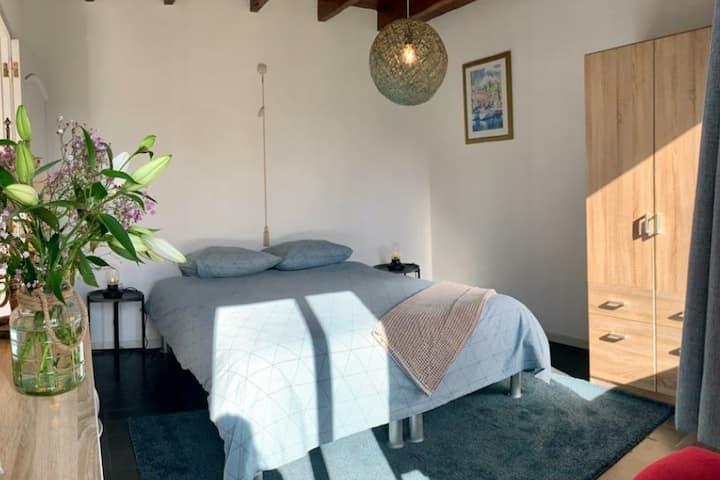 Sfeervolle privékamer in visserhuis met ruime tuin