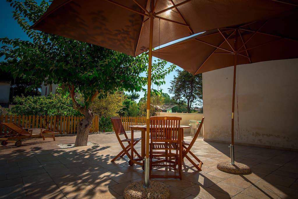 Giardino privato sul retro / Private back garden