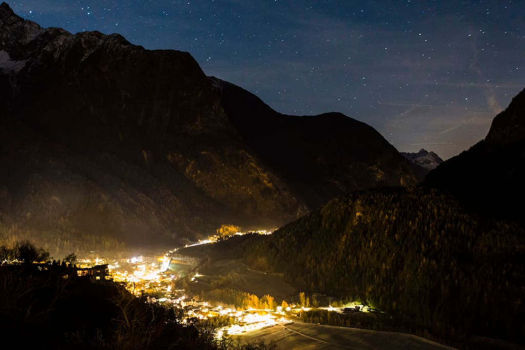 Nachthimmel - Blick ins Dorf