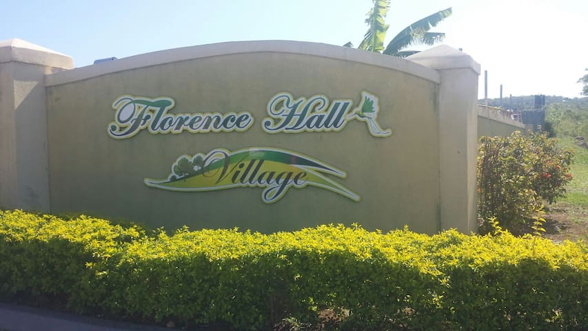 Florence Hall Comfortable Getaway! - Florence Hall Village - Rumah