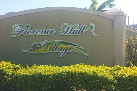 Florence Hall Comfortable Getaway! - Florence Hall Village - Ház