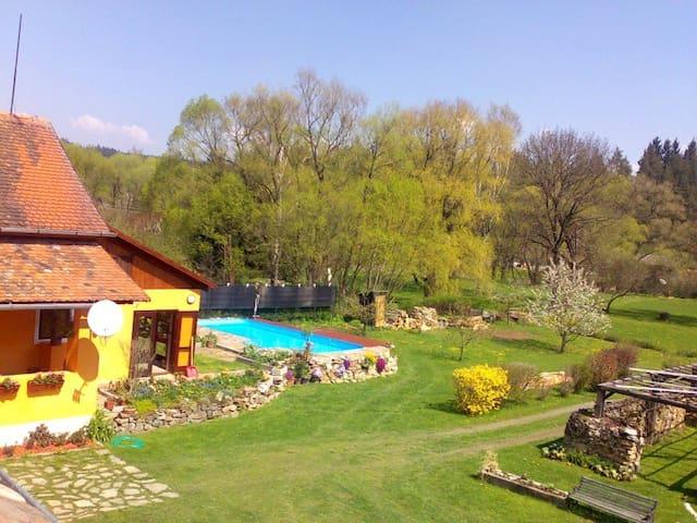 Dům  s krásnou zahradou v přirodě