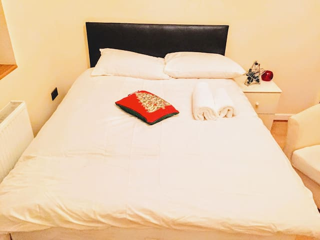 Double Room In Swiss Cottage - London