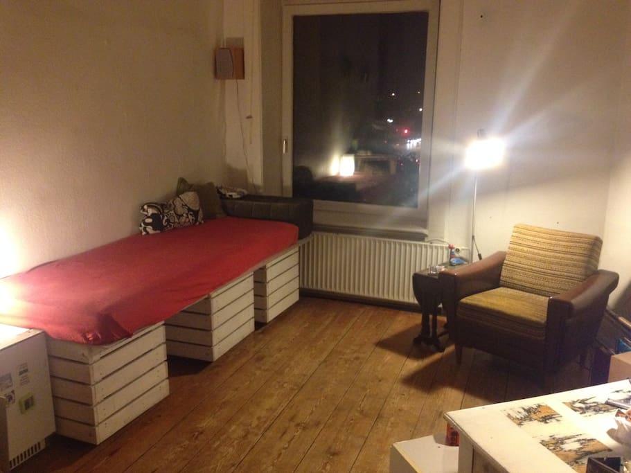 Mein Sofa ist gleichzeitig auch ein Bett. Von diesem lässt es sich hervorragend auf den Balkon schauen :). Das Fenster ist gleichzeitig der Balkonzugang.
