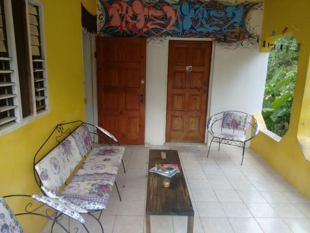 IRIE Vibez Hostel private room - Port Antonio - Casa