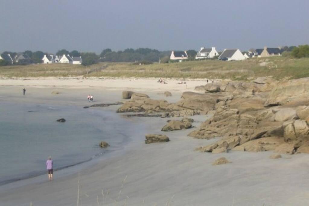 petite plage  de sable blanc pour se baigner à 400m