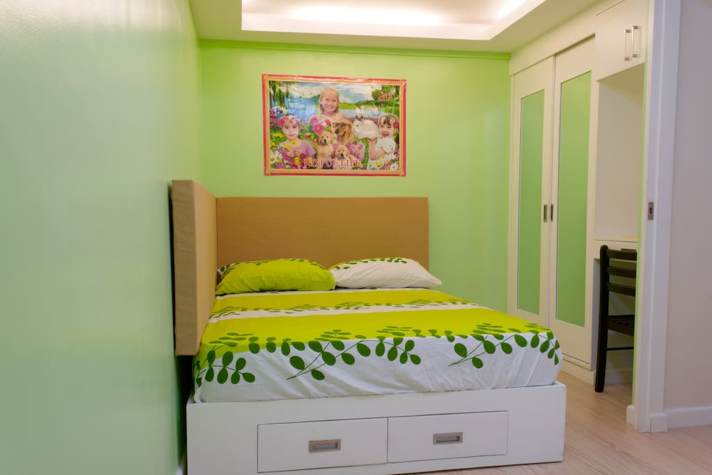 Main Bedroom - Queen-size bed & clothes cabinets with mirrow