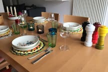 Skandinavisches Geschirr für ein gemeinsames Essen
