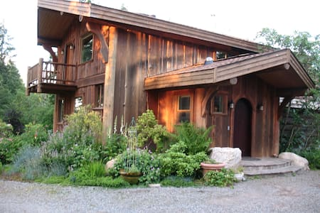 Charming Rainier Log Cabin Retreat - Rainier