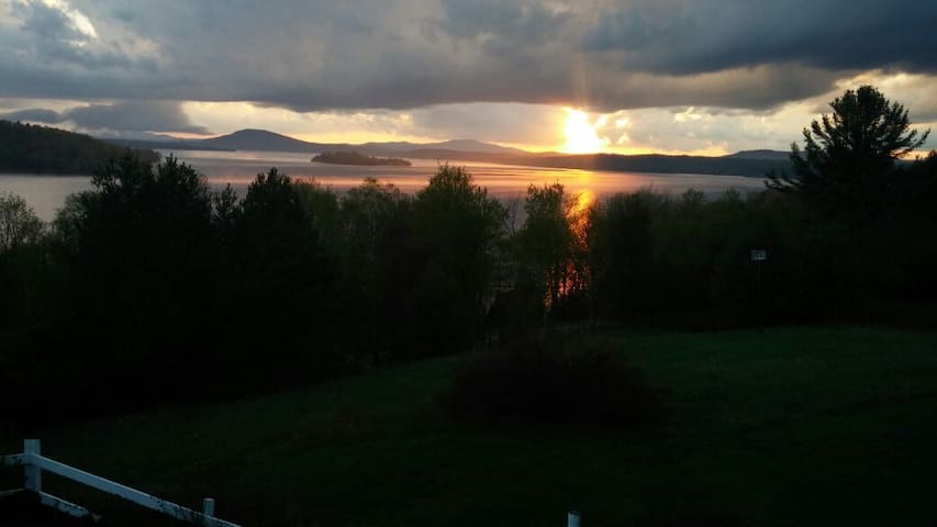 Breezy, Panoramic Lake/Mtn Views - A Summer Haven - Rangeley - Huis