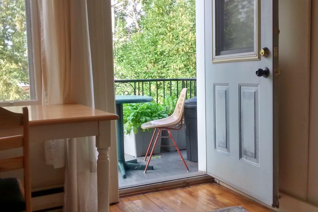 La chambre donne accès à un balcon privé. Il y a aussi un autre balcon à l'arrière de l'appartement