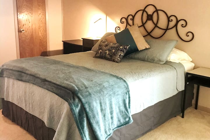 Master Bedroom w/ Private Bath close to TAMU & Bus