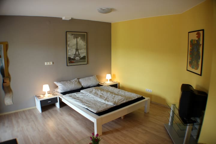 ++ 215 sq. ft.Room with own bath and patio ++ - Hessisch Oldendorf - Dům