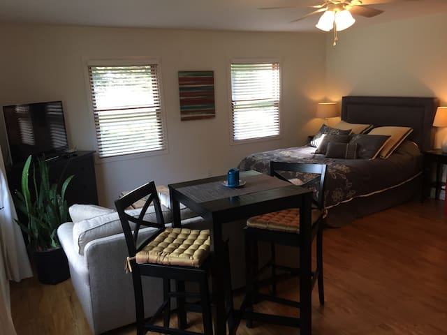 Fresh Comfy Private Studio Near IU Sports/Greek