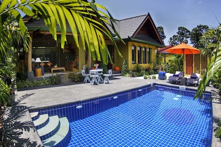 Romantic Villa with Swimming Pool and Jacuzzi
