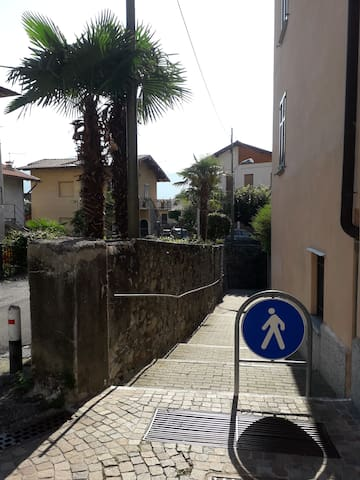 Sentiero per scendere in riva al lago/Path to descend on the lake's shore