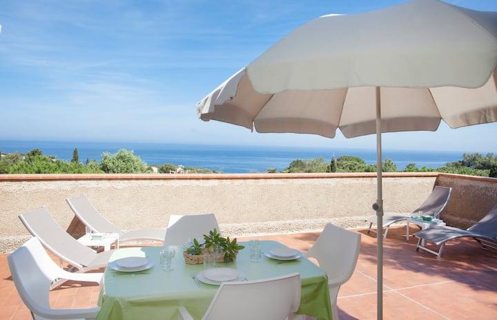 Villa vue panoramique mer, au calme,proche plages.