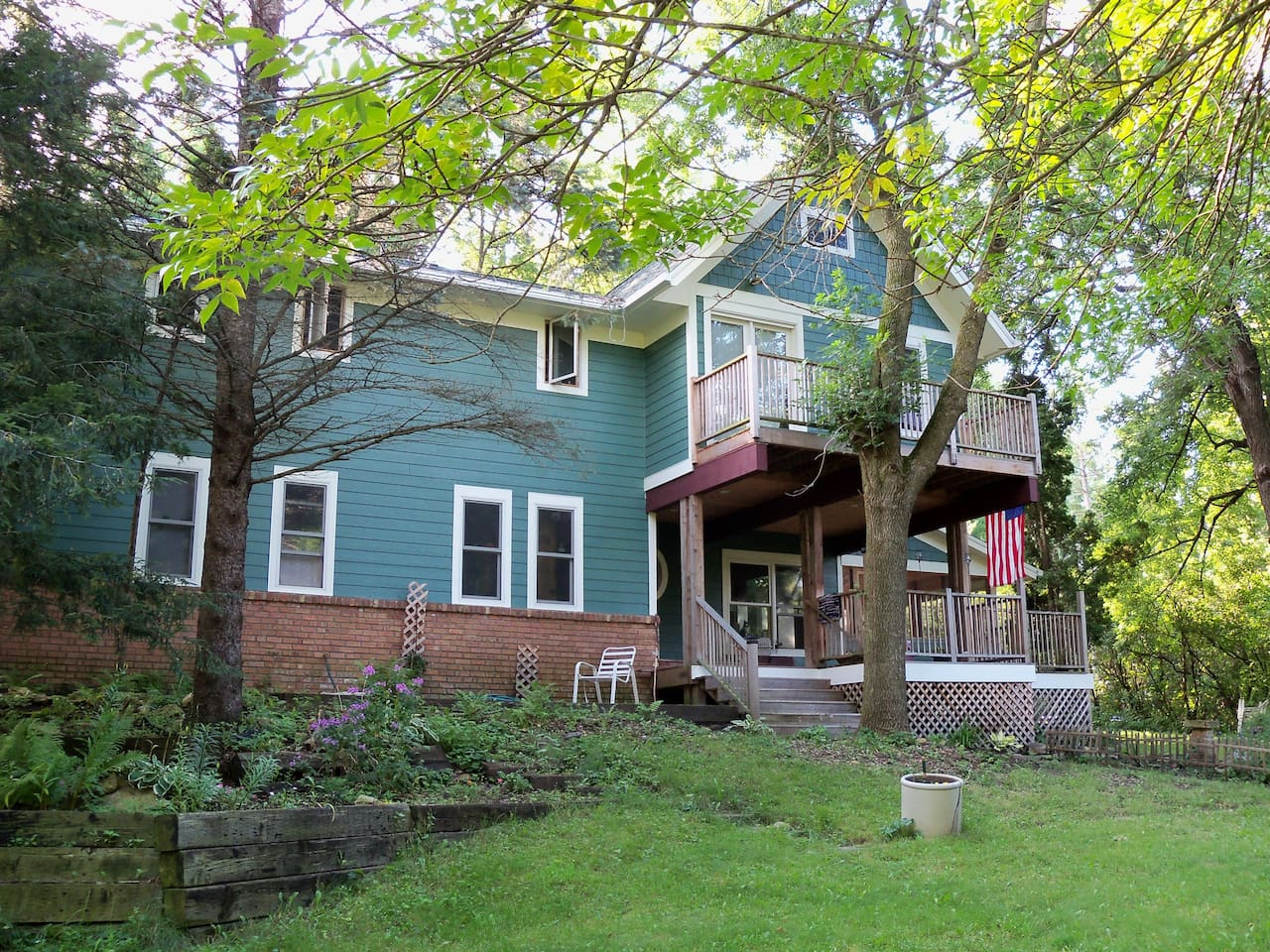 Single room in home on wooded lot near recreational areas and wine trails.