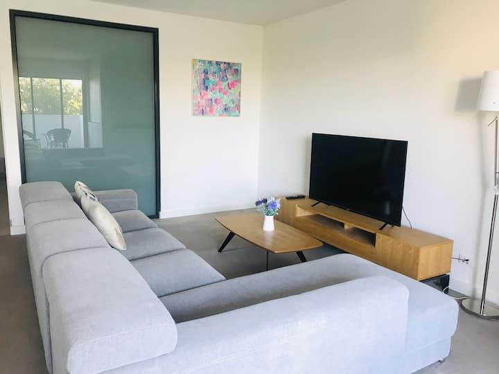 Quiet two-bedroom Apartment opposite to Westfield