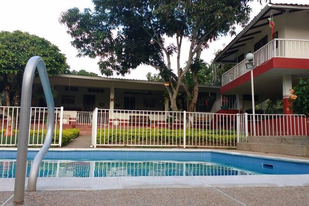Vista piscina y casa principal