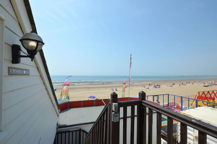 1 Bed Apartment right on the beach - sleeps 4 + dog - Gorgeous sea/beach views