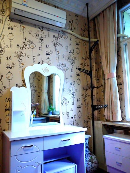 内设独立暖气房:梳妆台、床头柜、挂衣架。