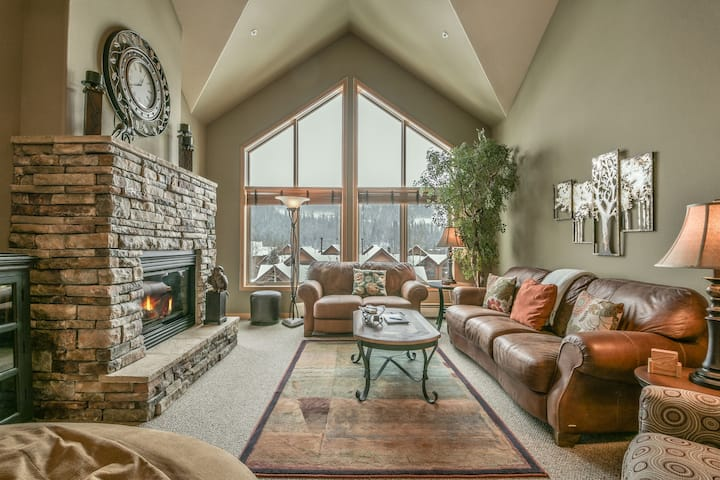Gateway Lodge 5091 - Mountain Views, Heated Garage, Pool, Space for the whole fam!
