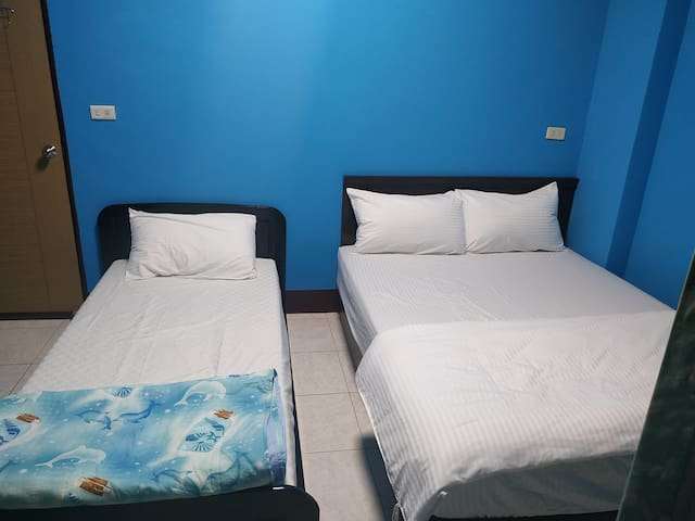 位於都蘭中心交通方便,生活機能優,背包客省錢舒適首選  3人房 內有電視 冷暖氣 可2人入住