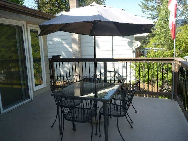 Perfect for multifamily gatherings. Walk to beach. - Invermere - Huis