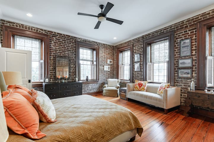 Luxury 1br/1.5 ba in Heart of the French Quarter!
