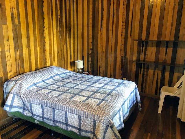 Dormitorio 1 con una cama matrimonial.