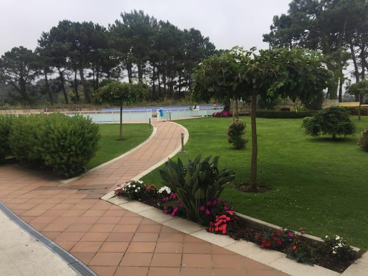 Apartamento de playa en La Lanzada con piscina.