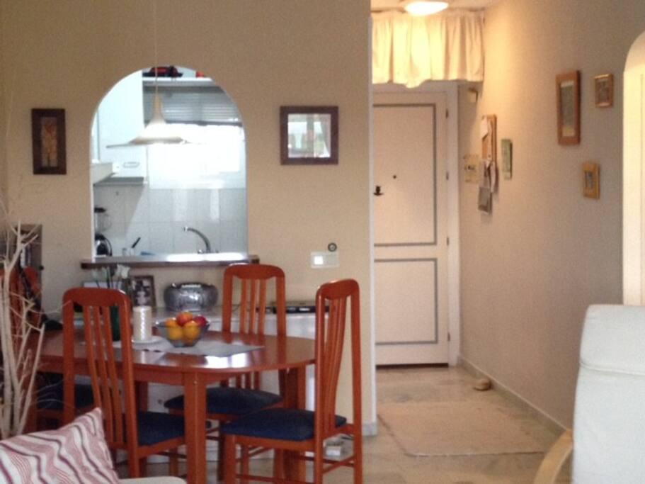 Sicht zum Eingang und zur Küche