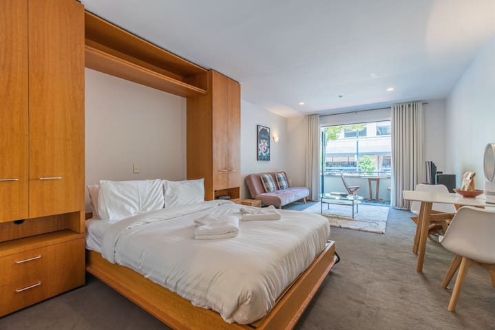 Stylish Viaduct Harbour Studio with Balcony