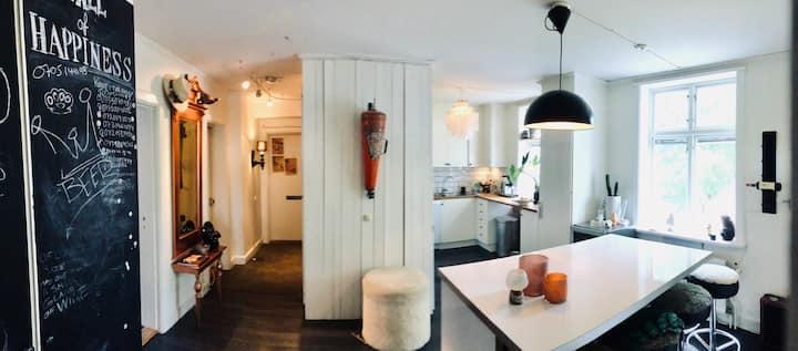 Central, häftigt inredd 3:a med kök och toalett