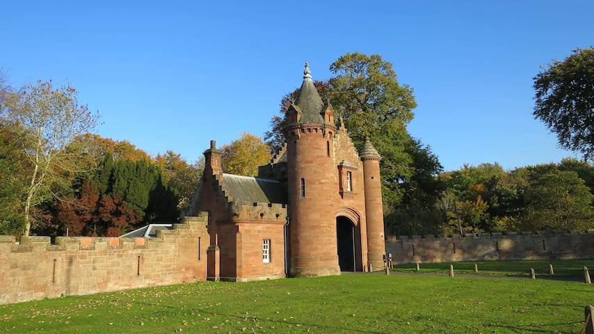 The Gatehouse to Ayton Castle - Eyemouth - Ev