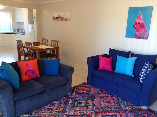 Large 2 bedroom apartment - central - Melton