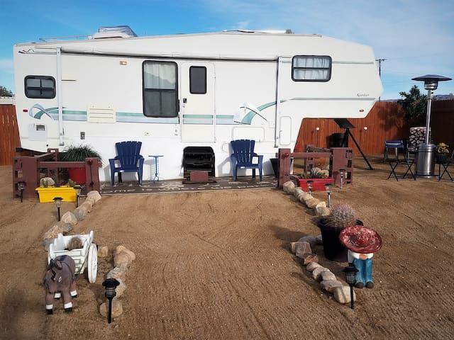 SHANNY'S HIGH DESERT RV GET AWAY--FREE  Wi-Fi