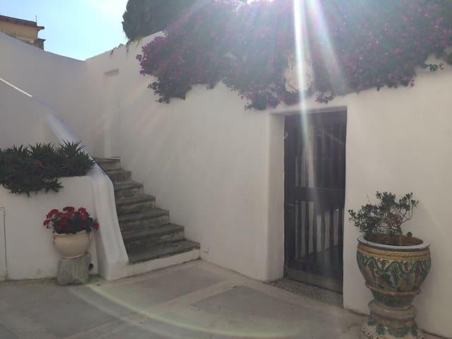 Camera tripla + servizi centrale con angolo relax - Anacapri - Villa