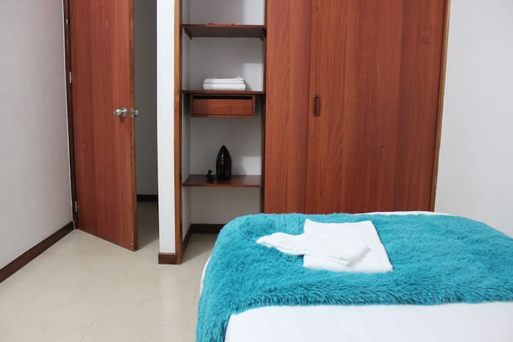 Enjoy plenty of comfort and storage with this spacious wardrobe, equipped with a hanging garment bar where you can hang coats and any type of clothing.