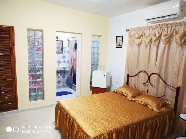 Cuarto # 2, con capacidad para tres (3) personas, con baño interior, agua fría y caliente, climatizada con split, TV digital, caja fuerte y colchones de camas muy confortables.