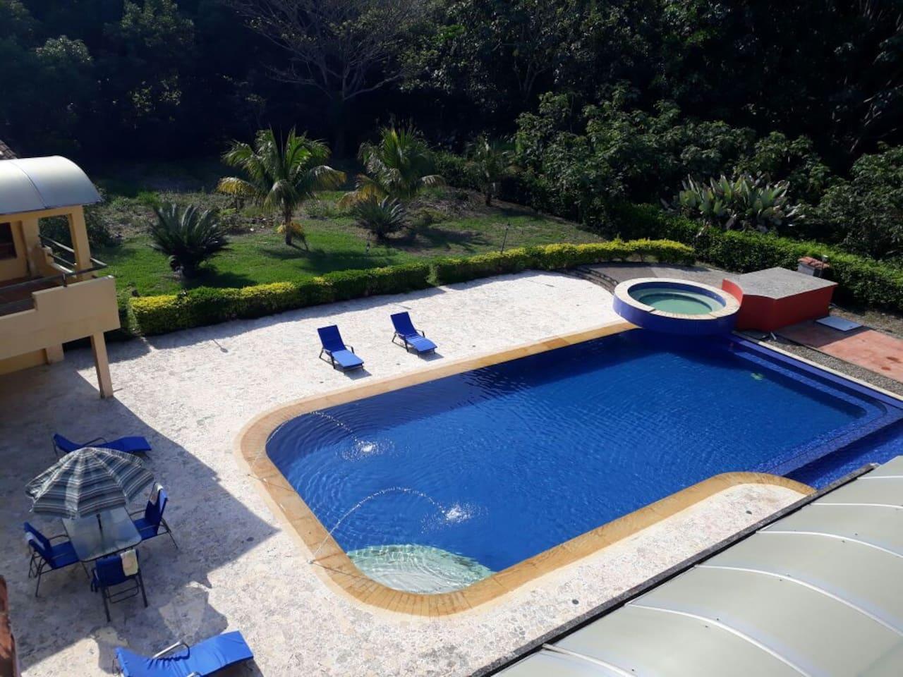 Piscina muy grande con piscina para niños separada por debajo del agua. // Huge pool with a Kids pool that is divided underwater.