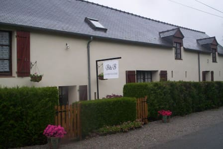Querky B&B near historic St Suzanne - Torcé-Viviers-en-Charnie - Bed & Breakfast