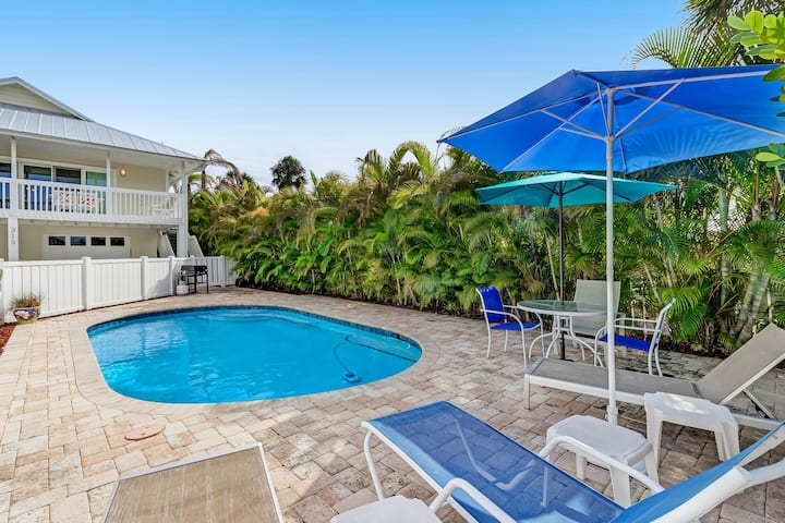 Lovely island home w/ heated private pool - 1 block to Pine Street, 2 dogs OK!
