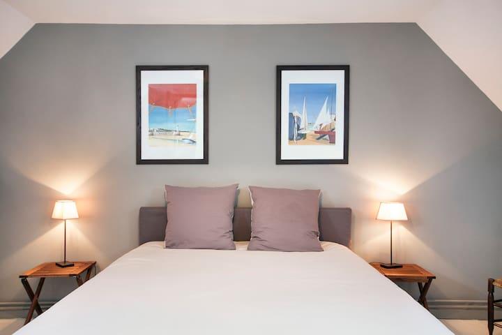 Grande chambre au 1er étage, lit en 160 et un lit bébé